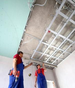 Pose d'un faux plafond en place plâtre