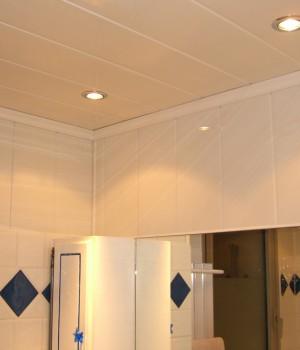 Plafond en lambris de pvc prix moyen et technique de pose for Lambris pvc grosfillex salle de bain