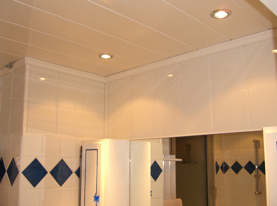 Plafond en lambris de pvc prix moyen et technique de pose for Pose d un lambris bois au plafond