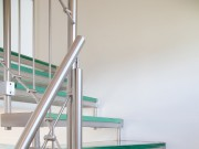 Escalier métallique avec marche en verre