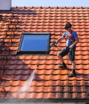 Nettoyage d'une toiture en tuile