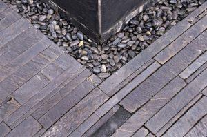 Bordure de terrasse en ardoise et galets
