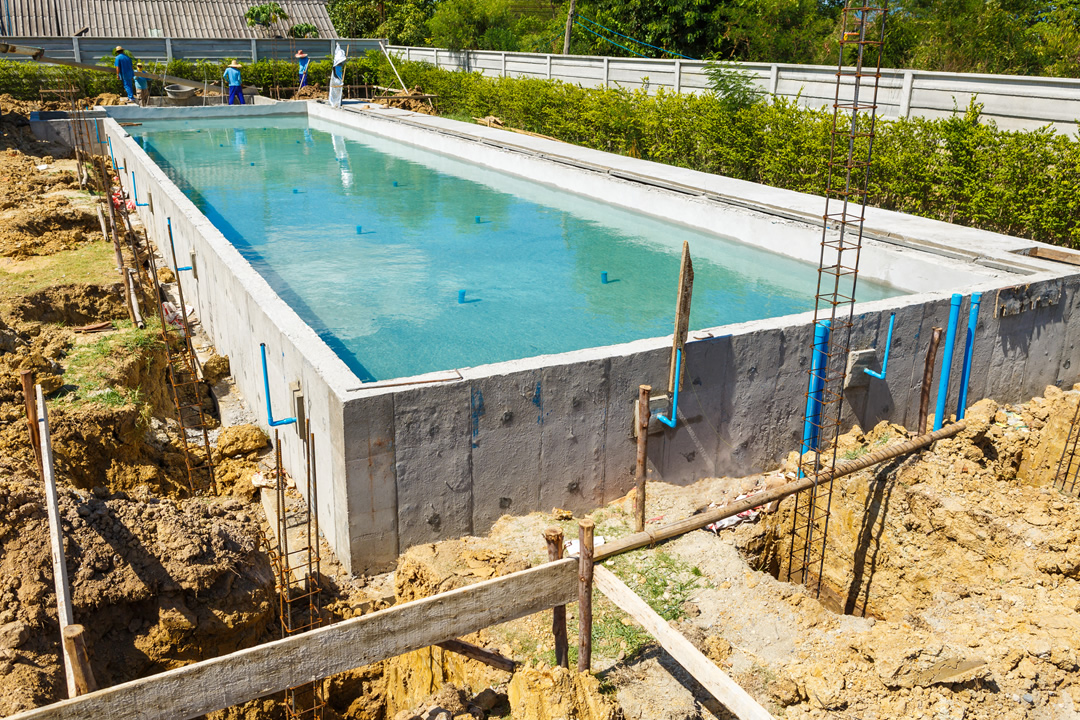 Combien coute piscine creuse la piscine clture ne for Piscine semi enterree a debordement
